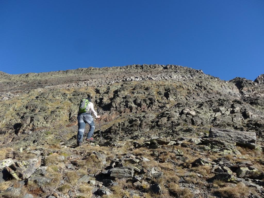 Hacia el pico, dejad los bastones por aqui