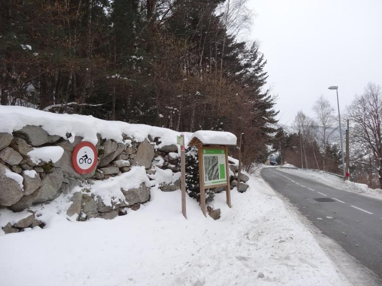 Camino de la carretera de montaña a Fontverd