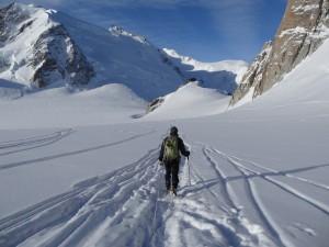 Por encima del glaciar a la derecha la Arista