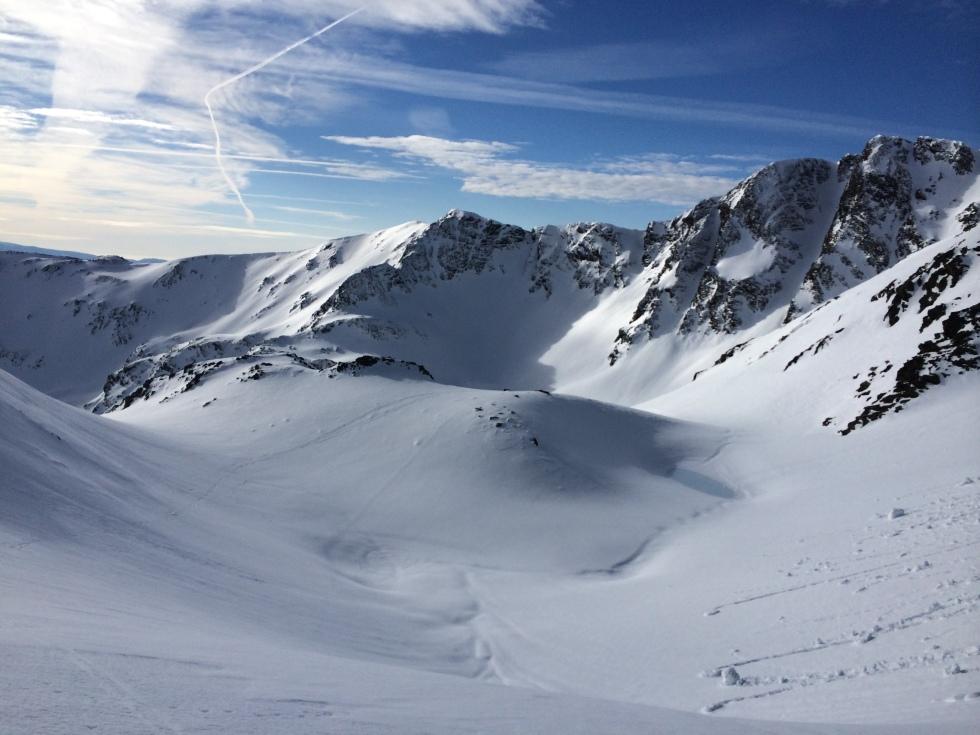 La mancha azul clara es la balsa Estany negre recubierto de nieve
