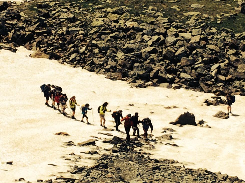 Bajando hacia Rialb avistamos un grupo de montañeros Vascos