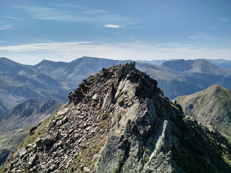 Vista parcial de la cresta desde la Font Blanca a Besalí