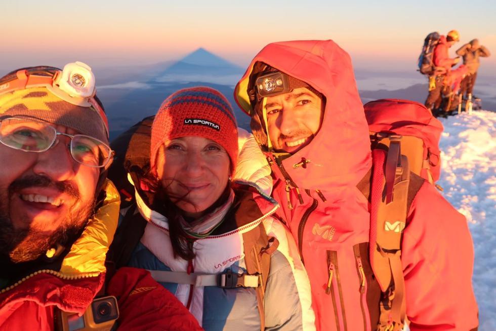 En la cima del Orizaba con la sombra en forma de pirámide